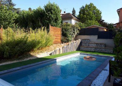 Aménagement autour d'une piscine, gazon synthétique, gabion, plaque de schiste et gravillon